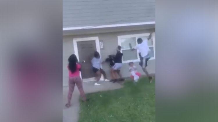 teens-kick-pregnant-girl-and-toddler